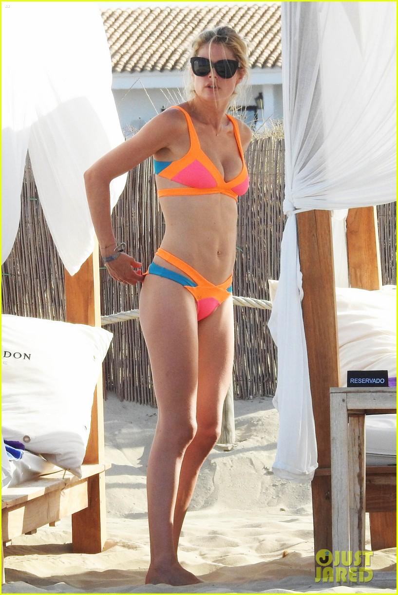 model doutzen kroes models her amazing bikini body in