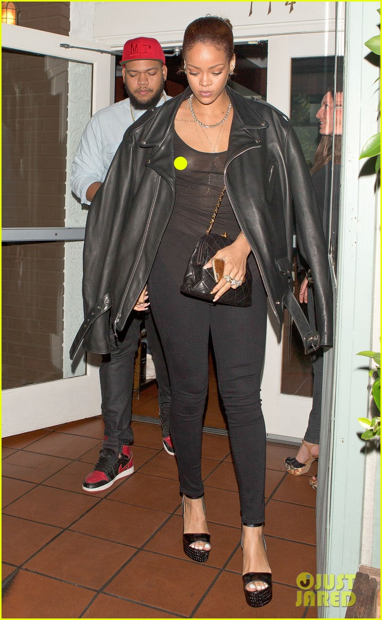 rihanna exposes herself leaves dinner with brother 083406275