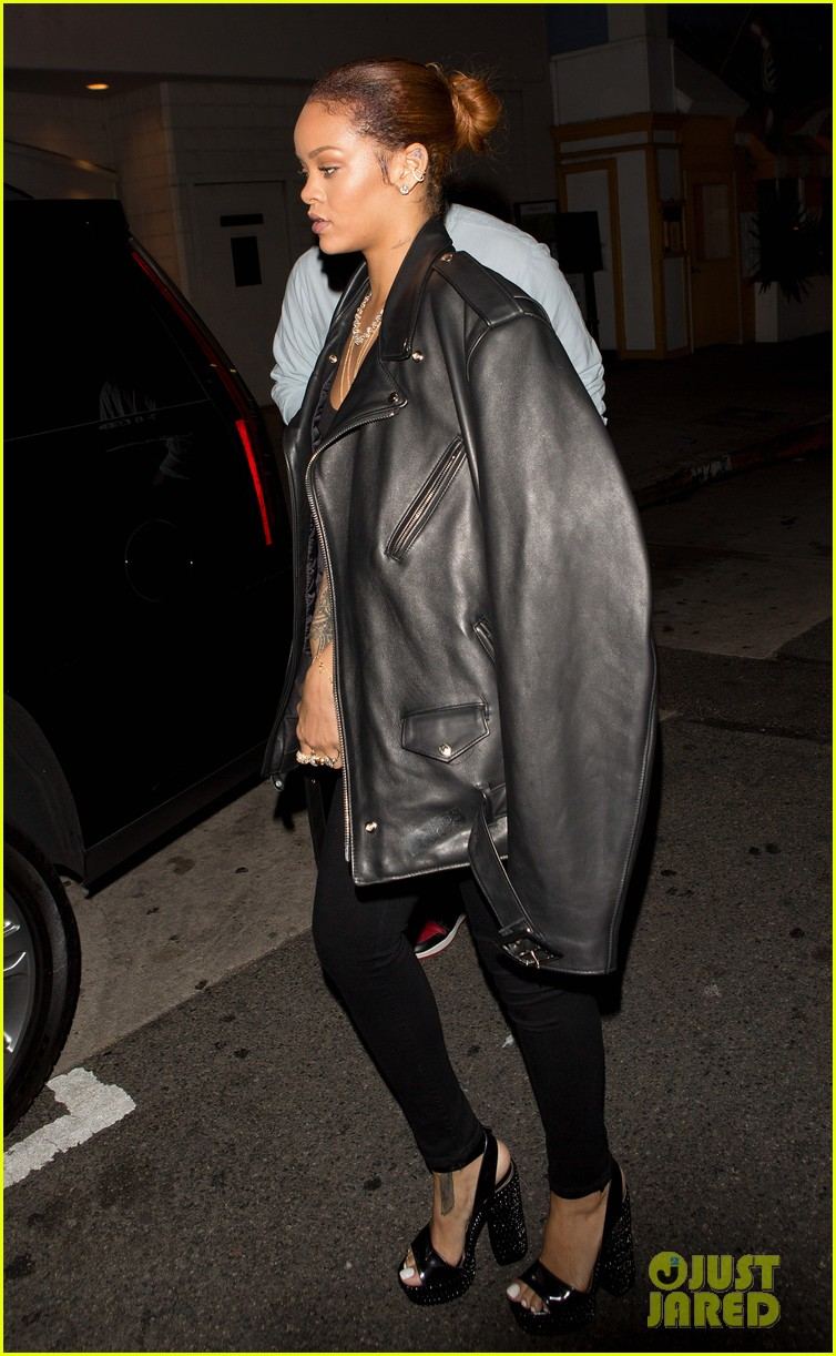 rihanna exposes herself leaves dinner with brother 113406278