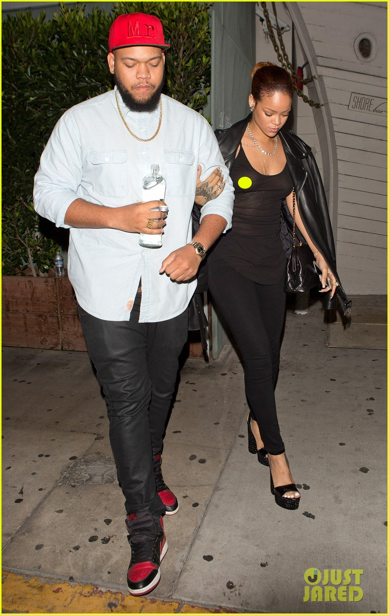 rihanna exposes herself leaves dinner with brother 123406279