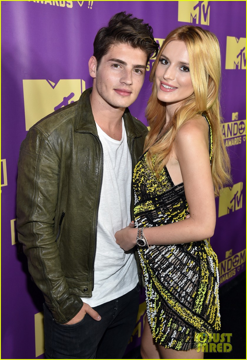 bella thorne brings boyfriend gregg sulkin on stage at mtv fandom awards 023412537