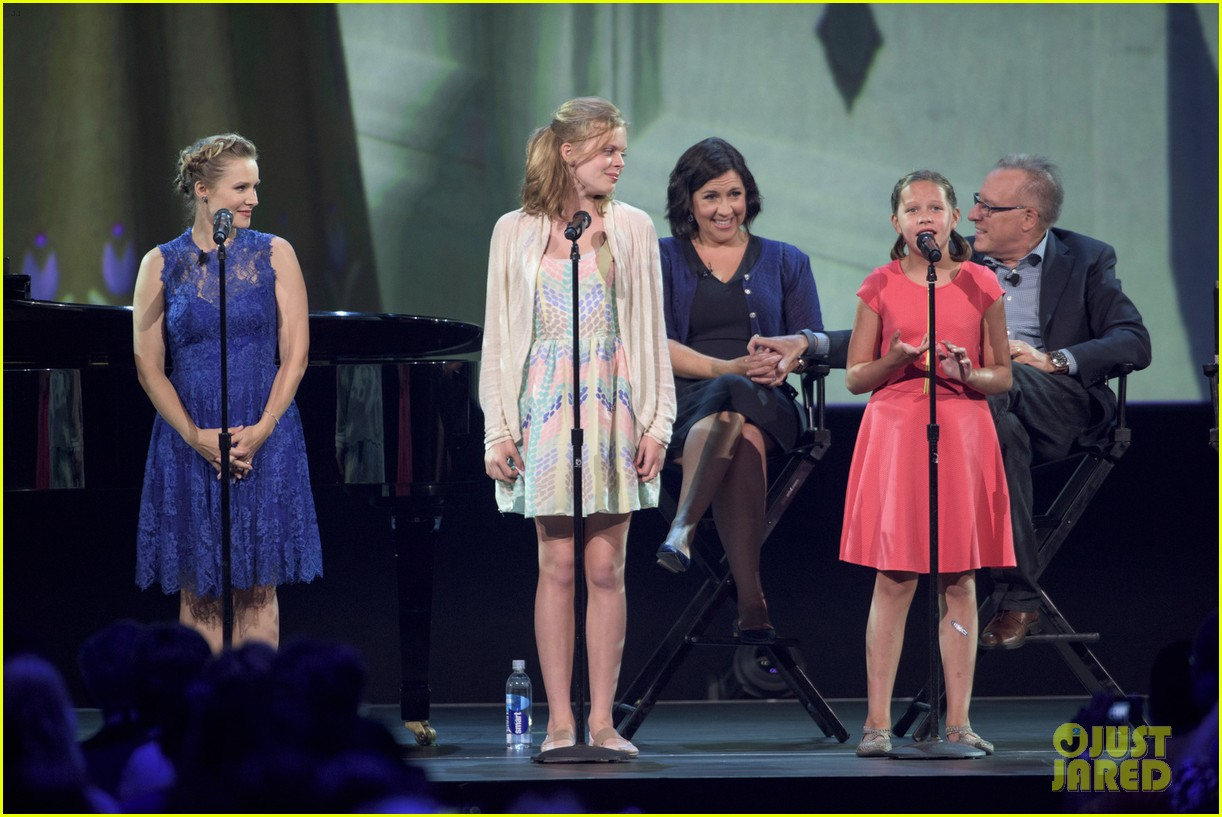 Kristen Bell Makes Surprise Appearance at D23 Expo to Sing ... Katie Lopez Frozen Singing