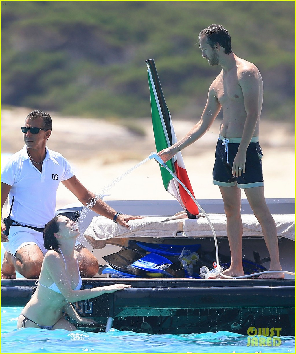 Anne Hathaway And Adam Shulman Shared A Kiss In Manhattan: Anne Hathaway Stuns In Several Swimsuits In Ibiza!: Photo