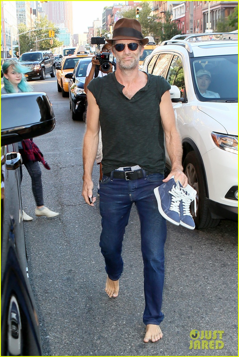 Abby Huntsman The View >> Thomas Jane Walks Barefoot Down New York City Street
