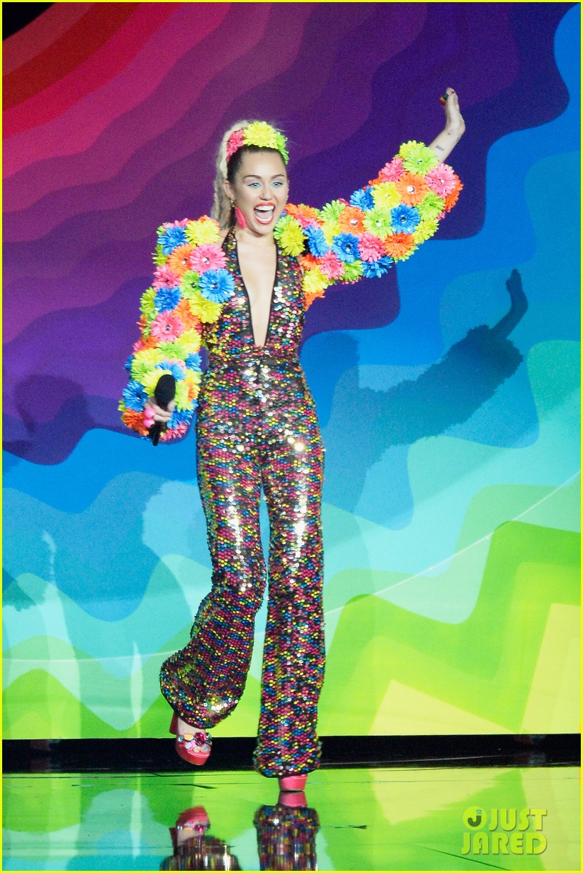 miley cyrus mtv vmas 2015 opening monologue 093449254