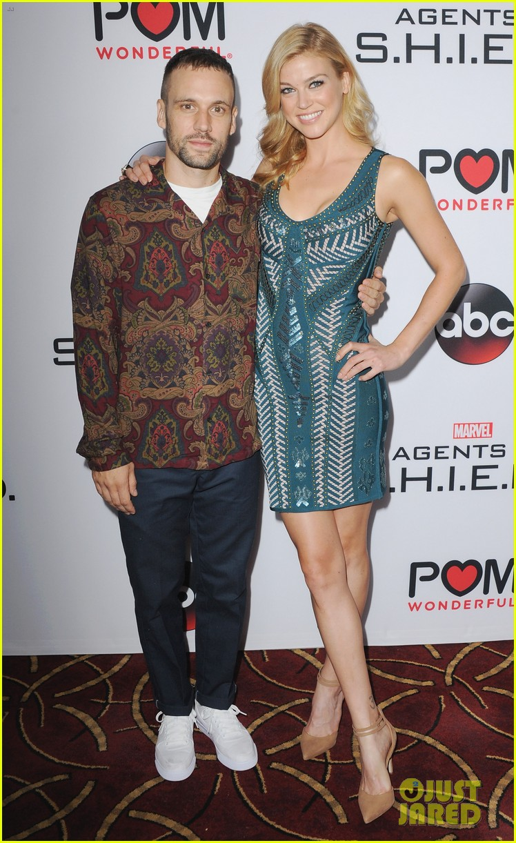 http://cdn01.cdn.justjared.com/wp-content/uploads/2015/09/bennet-agents3p/chloe-bennet-reunites-with-agents-of-s-h-i-e-l-d-cast-at-season-3-premiere-02.jpg