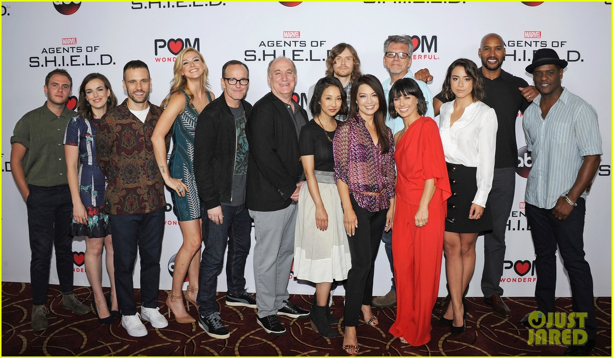 http://cdn01.cdn.justjared.com/wp-content/uploads/2015/09/bennet-agents3p/chloe-bennet-reunites-with-agents-of-s-h-i-e-l-d-cast-at-season-3-premiere-04.jpg