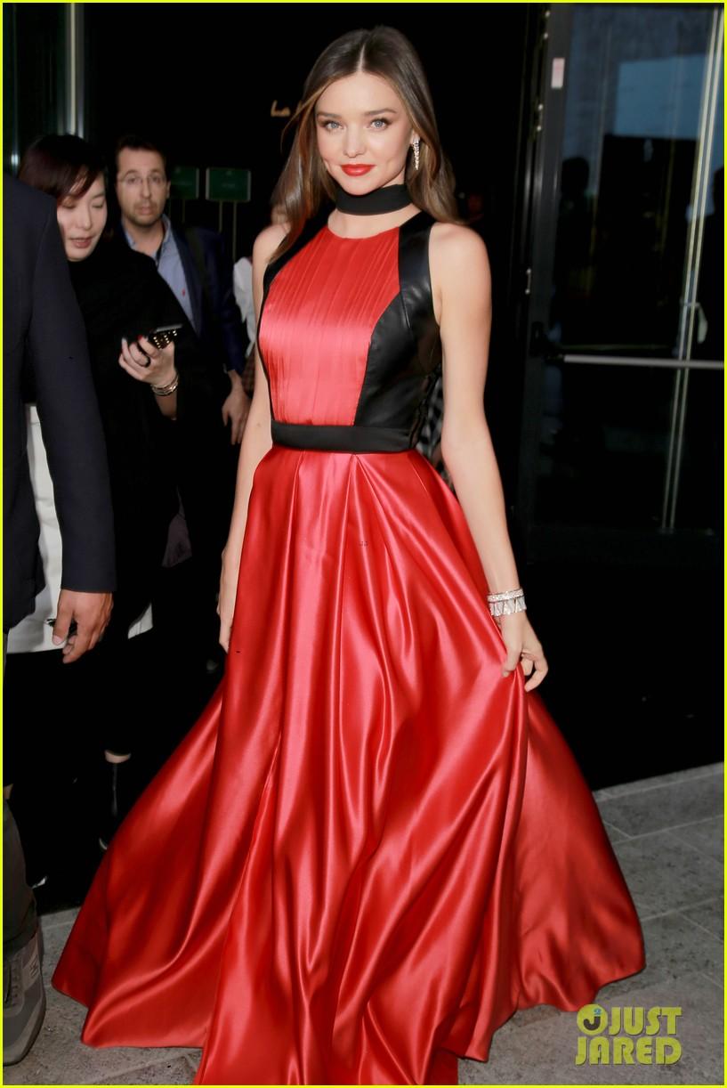 Miranda Kerr Stuns in Red & White for Milan Fashion Week: Photo ...