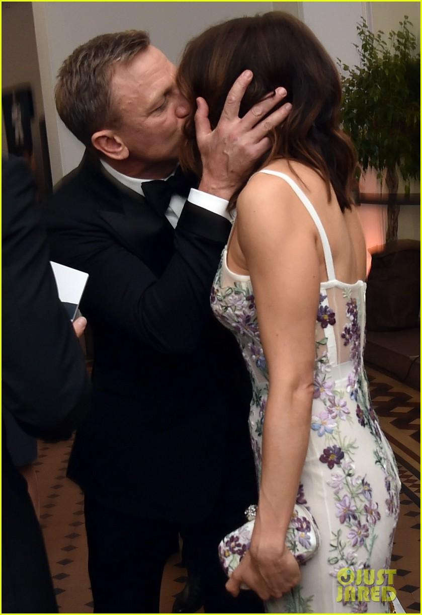daniel craig kisses wife rachel weisz at spectre world premiere 023491763