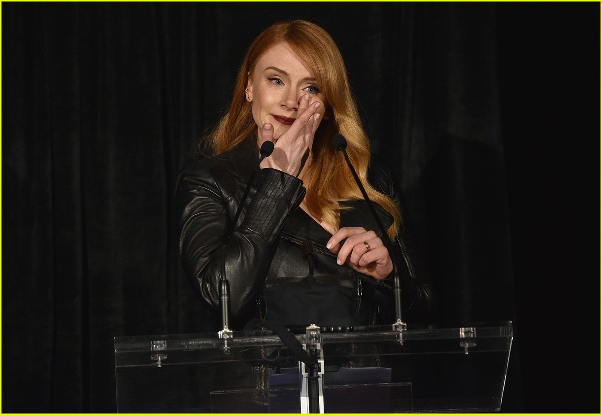 bryce dallas howard honors dan ron at dga event 293484308
