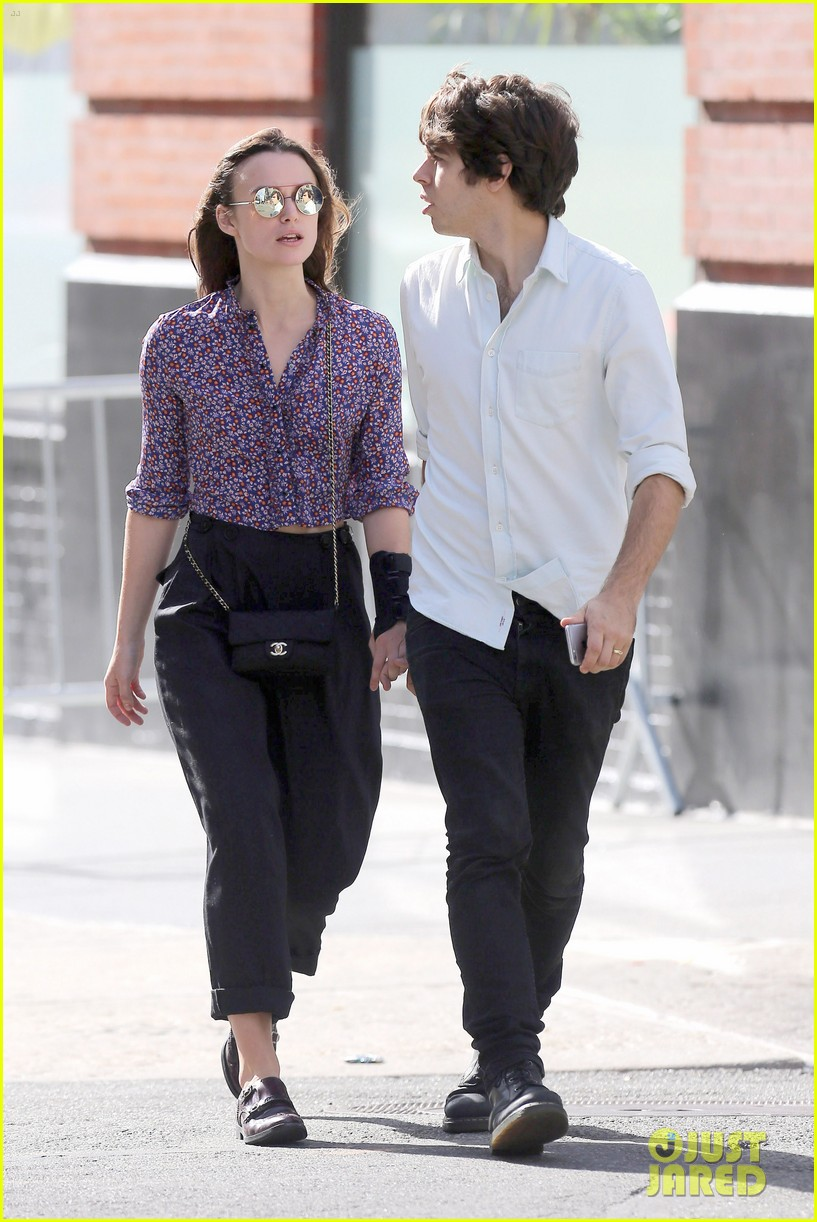 Keira Knightley Keeps a Wrist Splint on While Out with ... Kim Cattrall Boyfriend