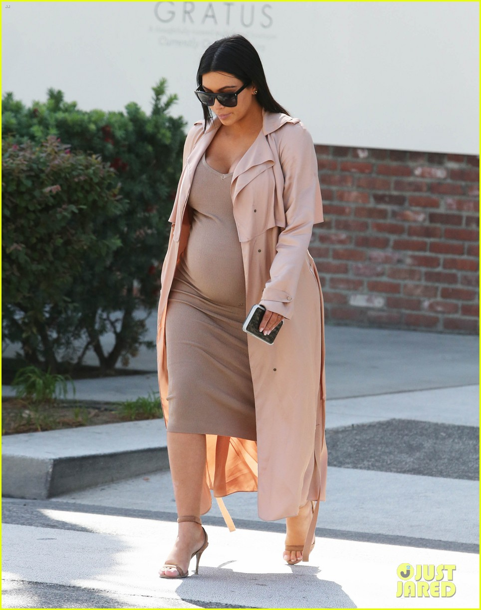 kendall jenner wears fake baby bump 063488853