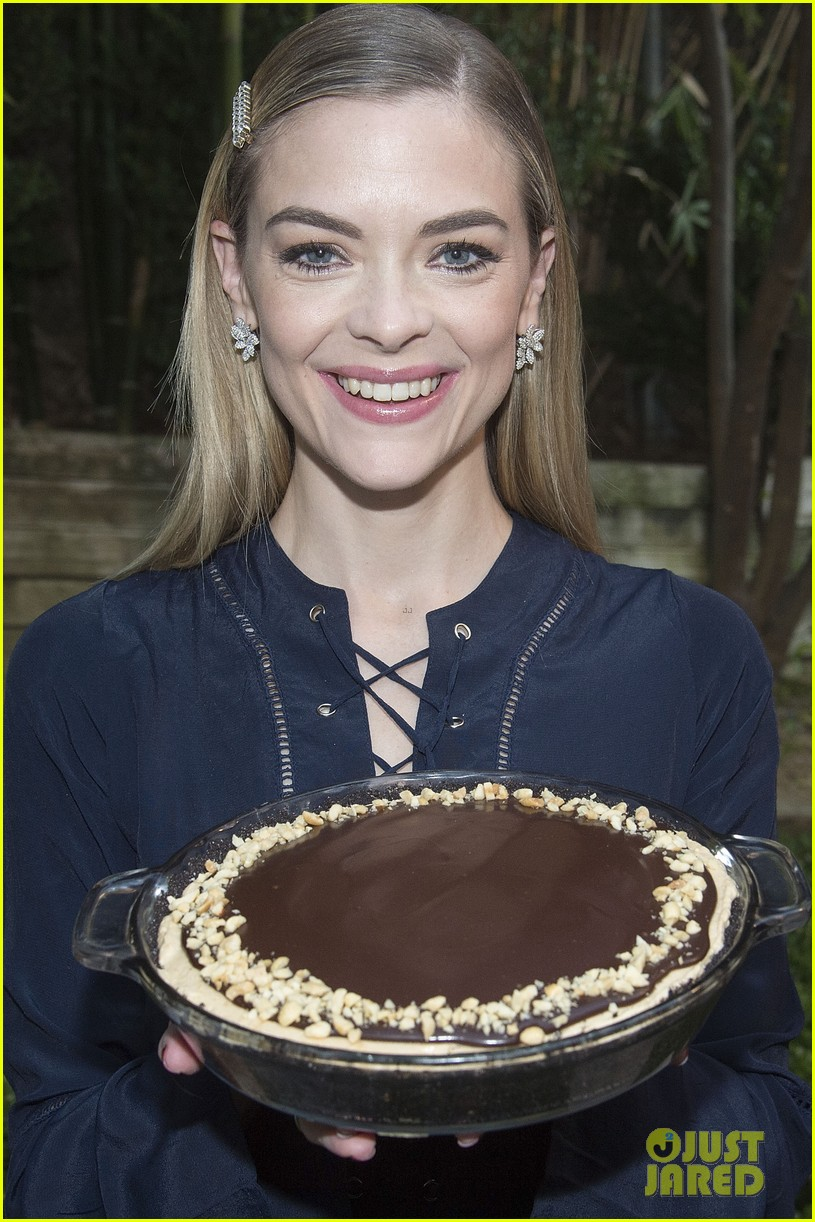 jaime king hosts feastgiving at her home 033493100