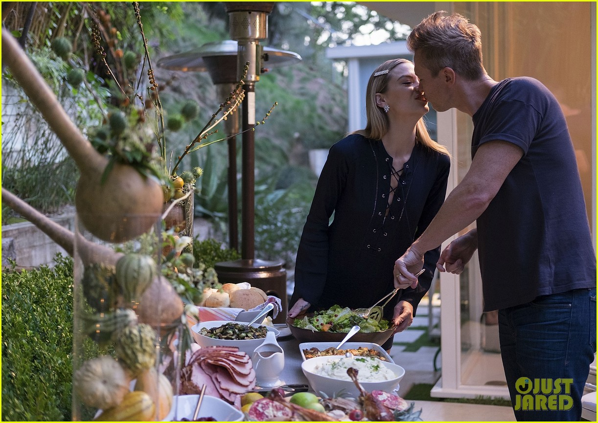 jaime king hosts feastgiving at her home 143493111