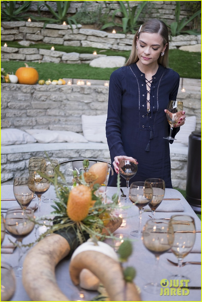 jaime king hosts feastgiving at her home 183493115