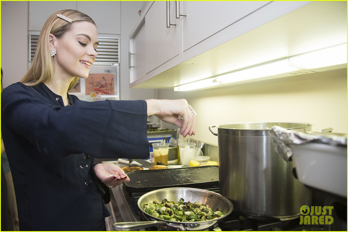 jaime king hosts feastgiving at her home 223493119