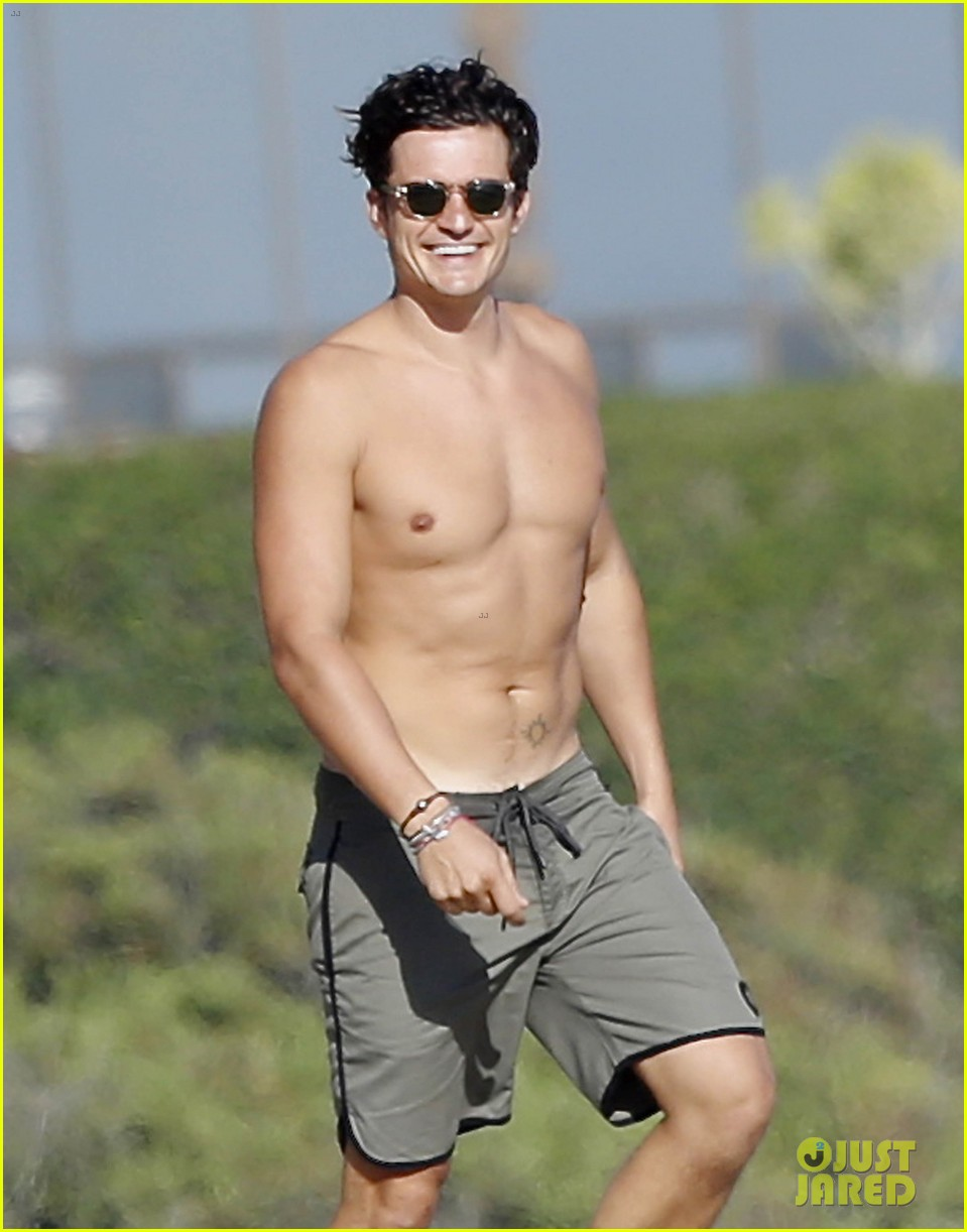 Orlando Bloom Looks Ripped While Shirtless on Malibu Beach: Photo 3476961   Kenny Chesney, Laird