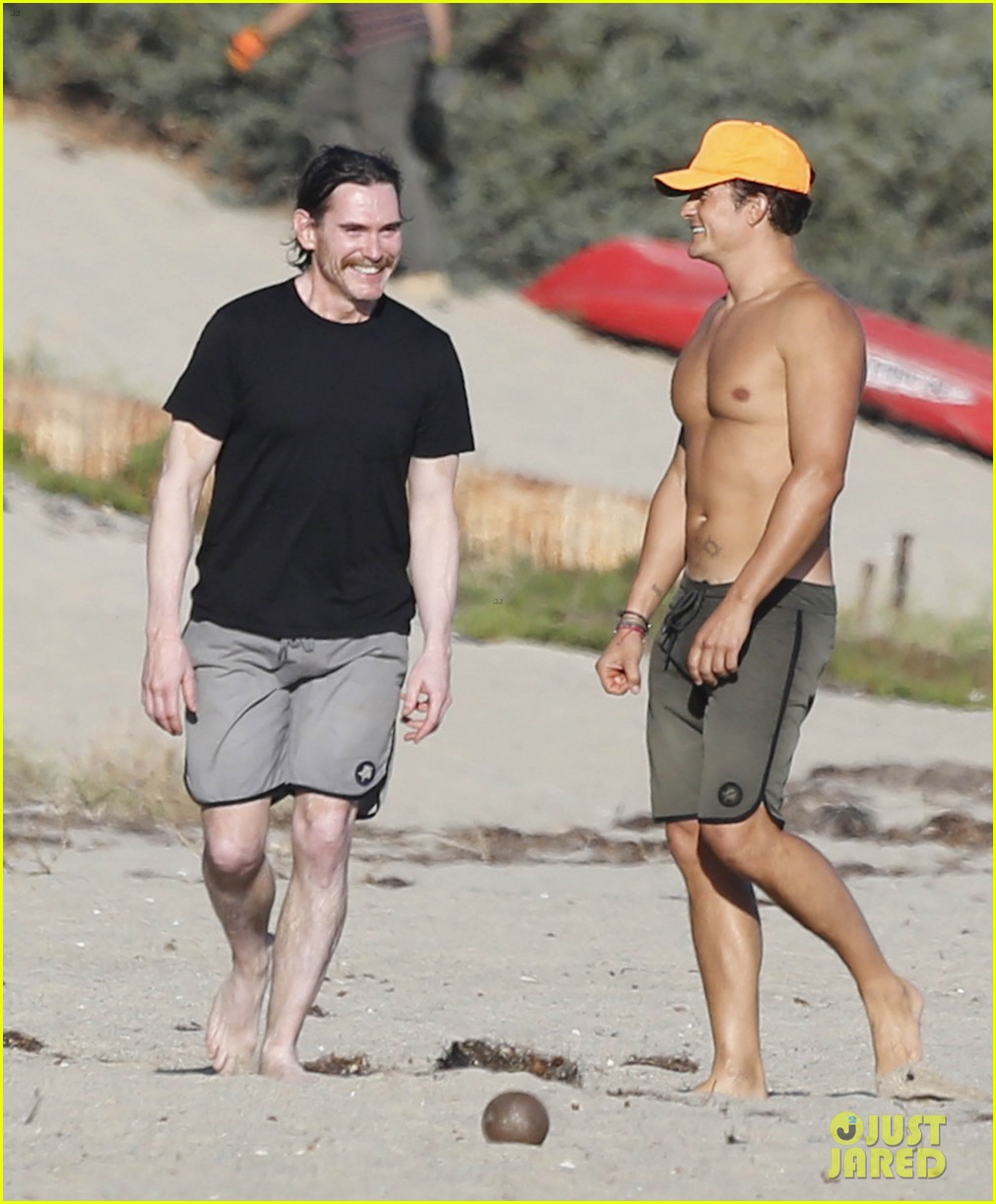 Orlando Bloom Looks Ripped While Shirtless on Malibu Beach: Photo 3476954   Kenny Chesney, Laird