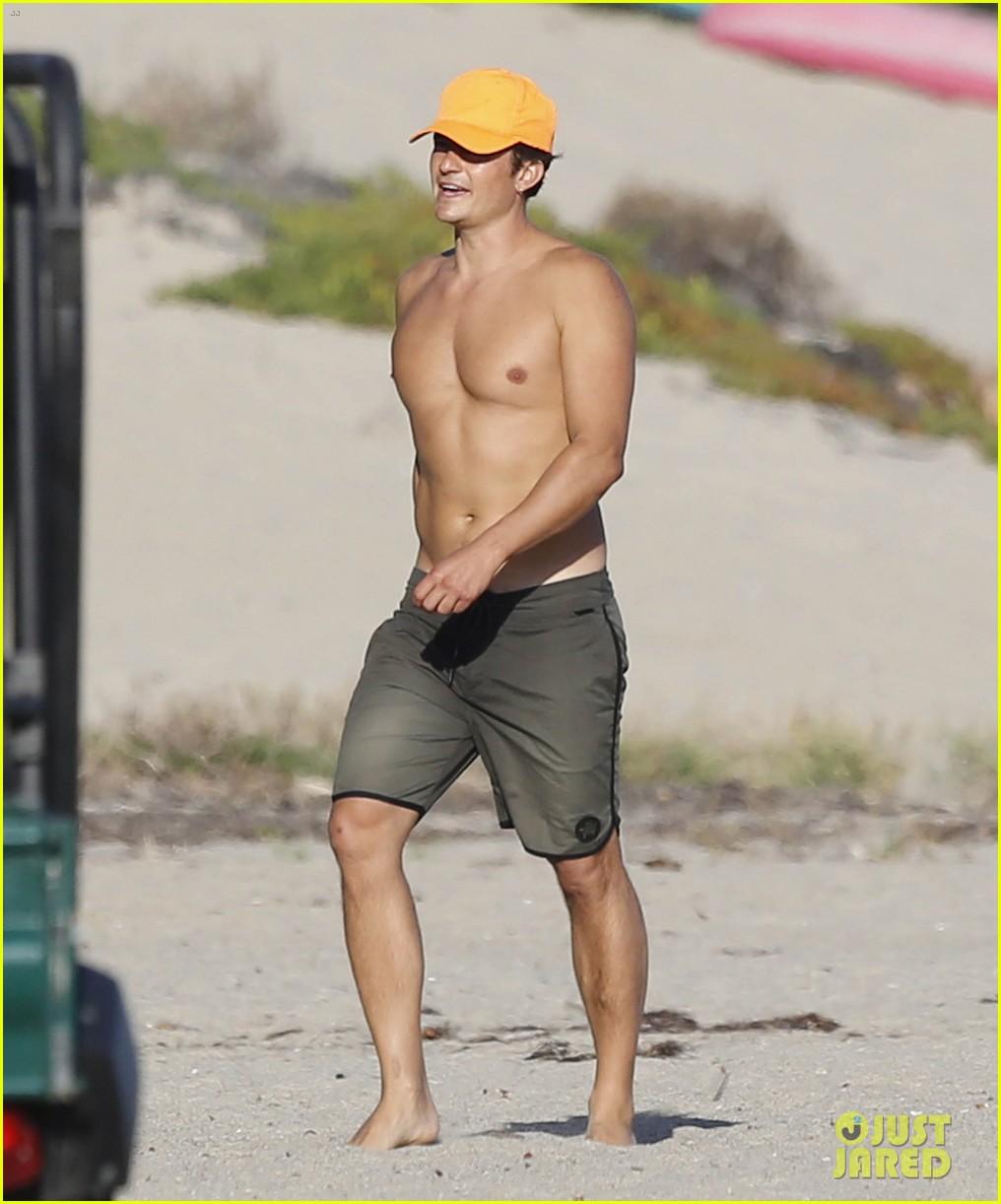 Full Sized Photo of orlando bloom shirtless malibu beach 12   Photo 3476944   Just Jared
