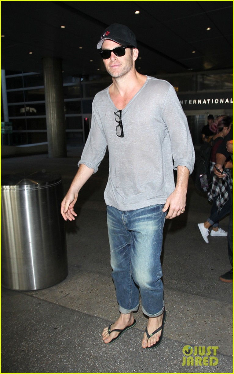 chris pine looks sexy as always during his airport arrival 033488942