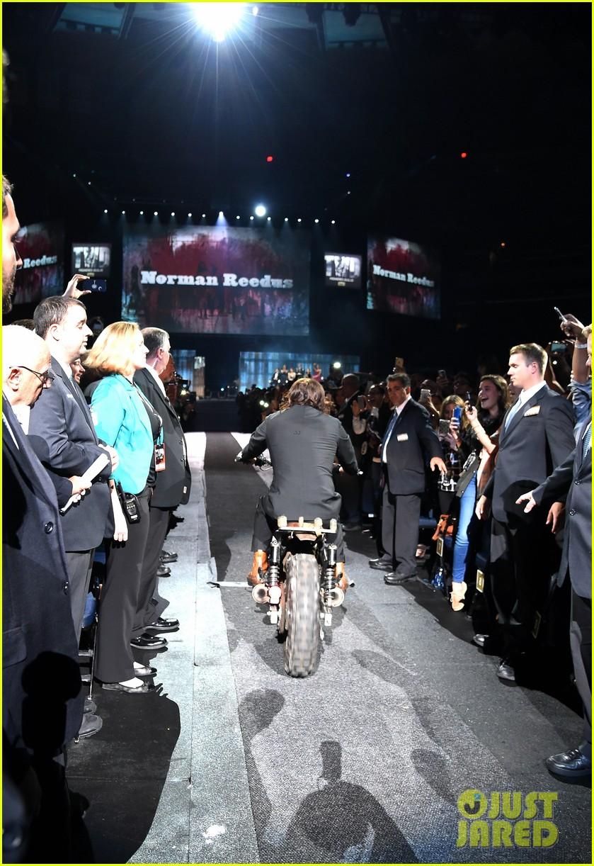 norman reedus makes epic entrance at walking dead premiere 453481156