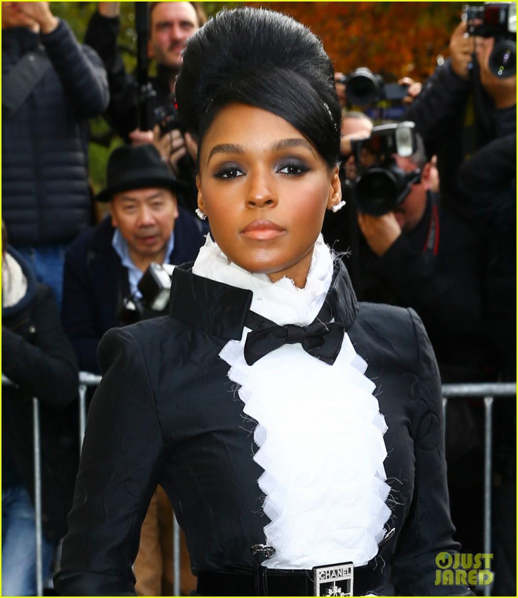 maria sharapova is fashion week queen in paris 153478096