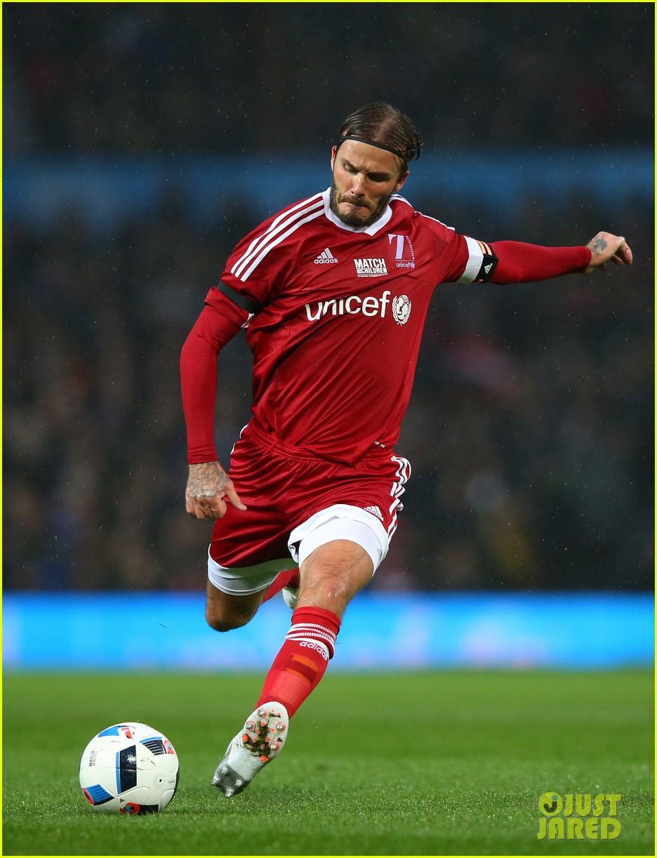 David beckham playing soccer man u