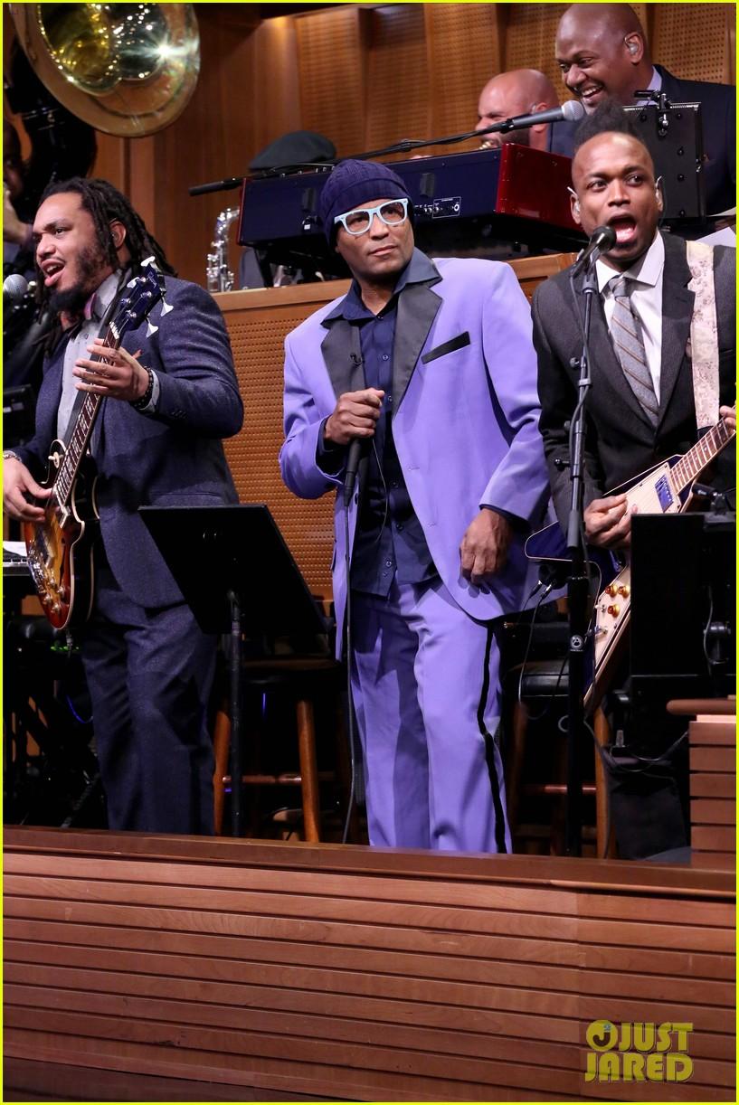 Jimmy Fallon & Rashida Jones Sing Holiday Parodies of Hit Songs ...