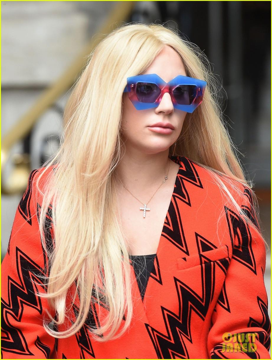 9562c89be323 Lady Gaga Won t Let Tony Bennett Watch  American Horror Story ...