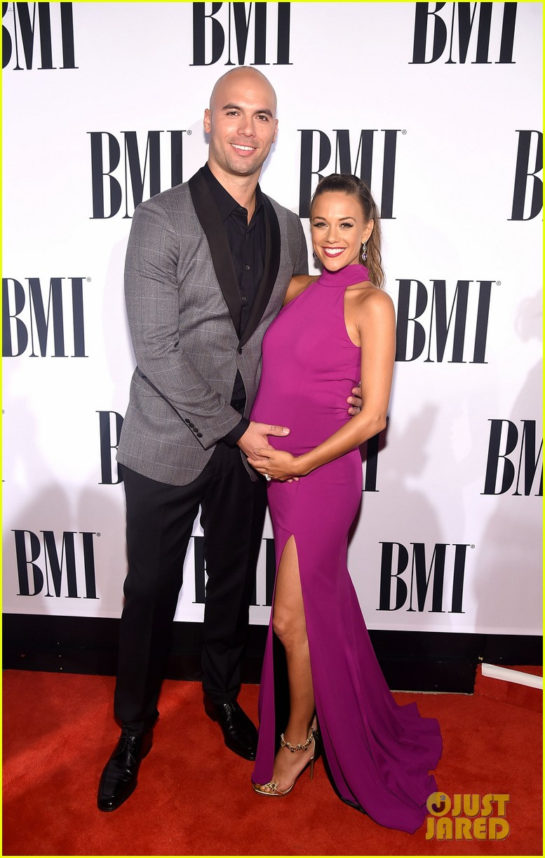 pregnant jana kramer flaunts baby bump in form fitting dress 043499331