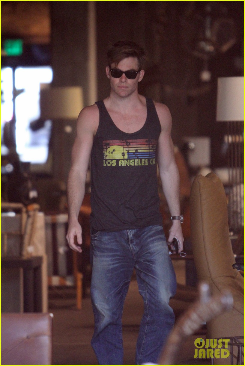 chris pine skips a halloween costume but gives a gun show 103498056