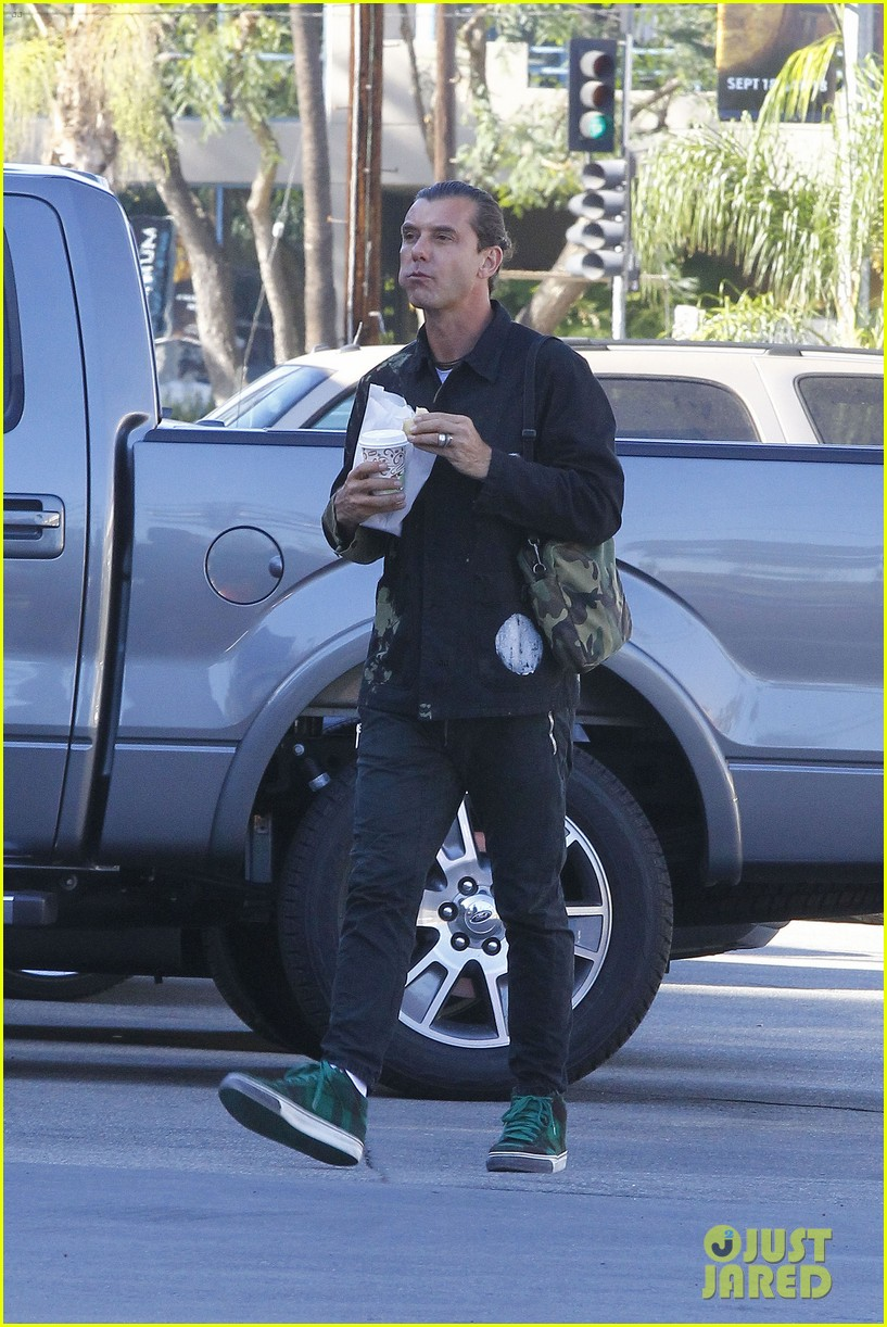 gavin rossdale is still wearing his wedding ring 133502417