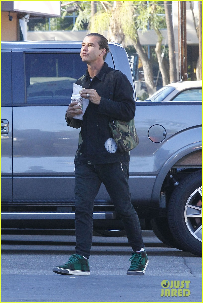 gavin rossdale is still wearing his wedding ring 163502420