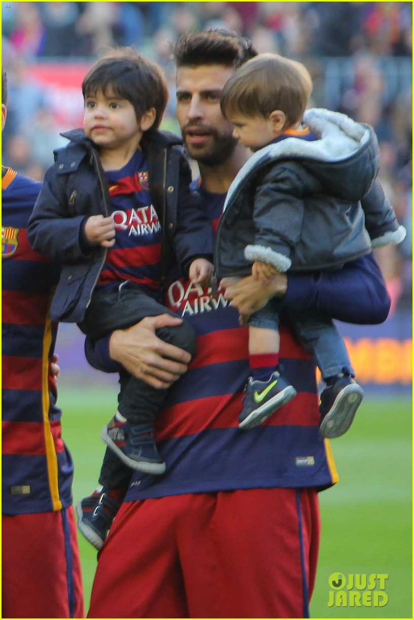 shakira supports gerard pique with their sons milan sasha 043518205