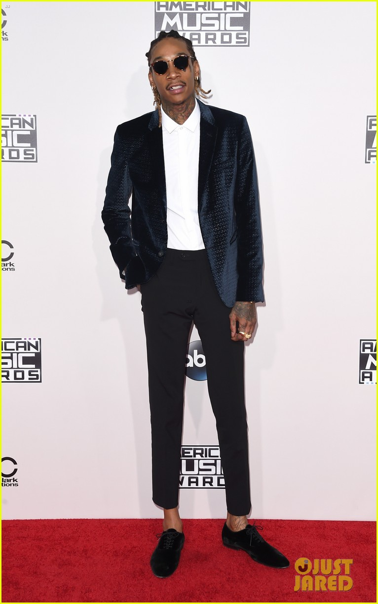 tyga walks the amas 2015 red carpet without kylie jenner 07