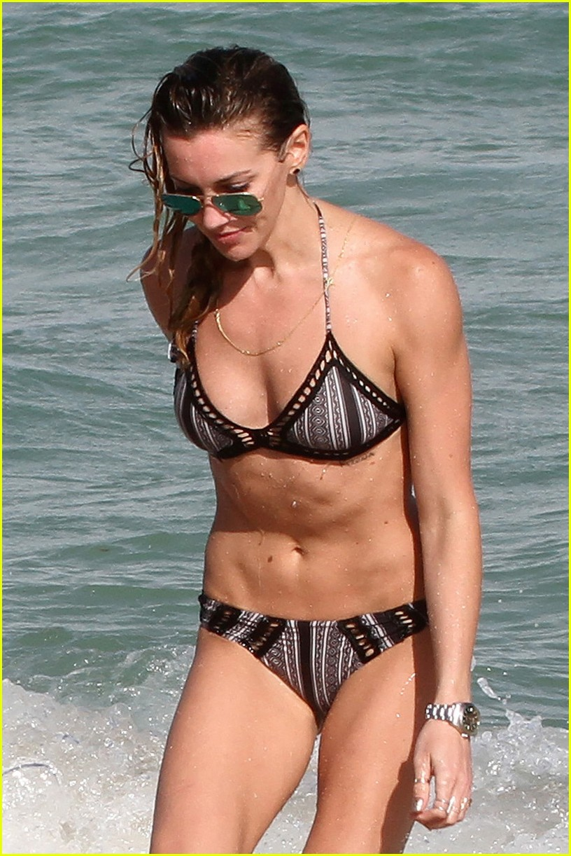 katie cassidy continues miami vacation 043538552