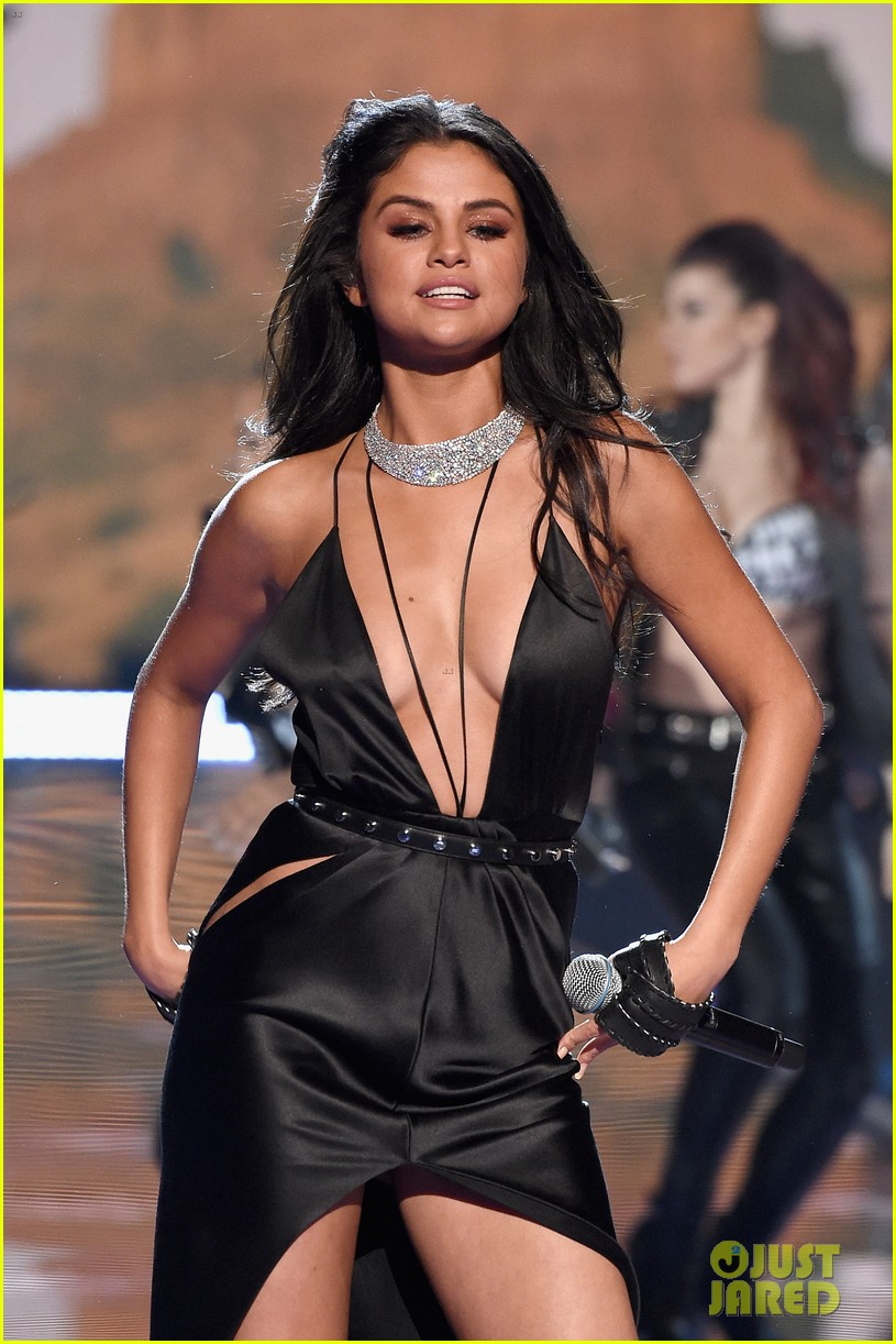 selena gomez performs at victorias secret fashion show 2015 023525669
