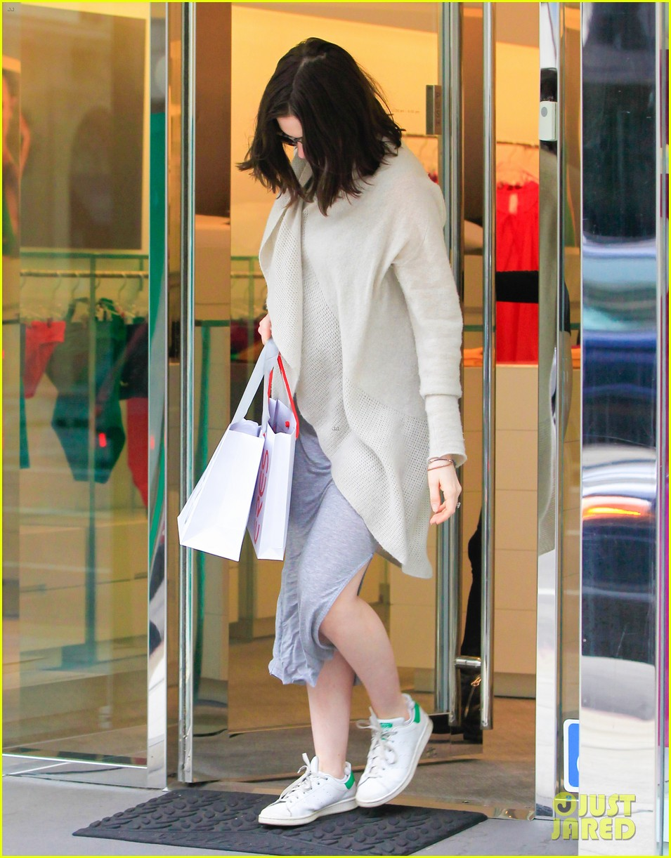 pregnant anne hathaway steps out for some holiday shopping 013536559