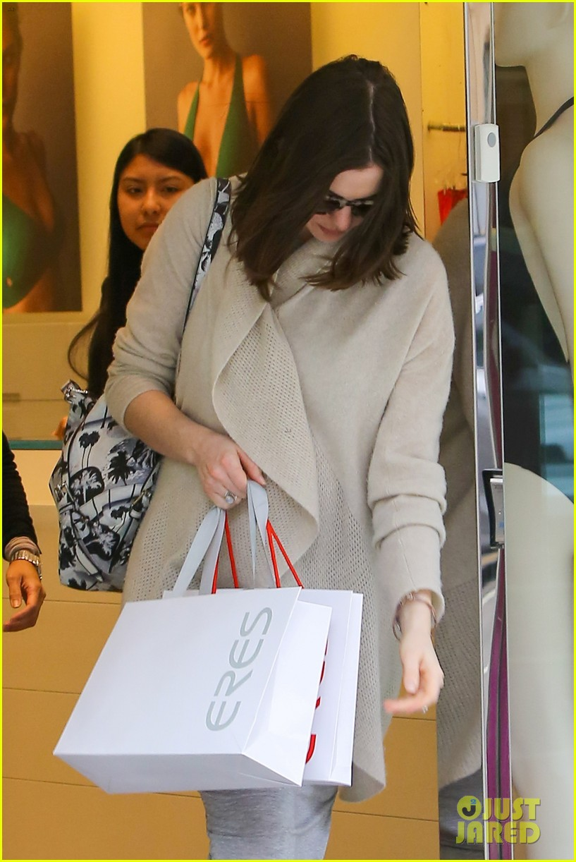 pregnant anne hathaway steps out for some holiday shopping 043536562