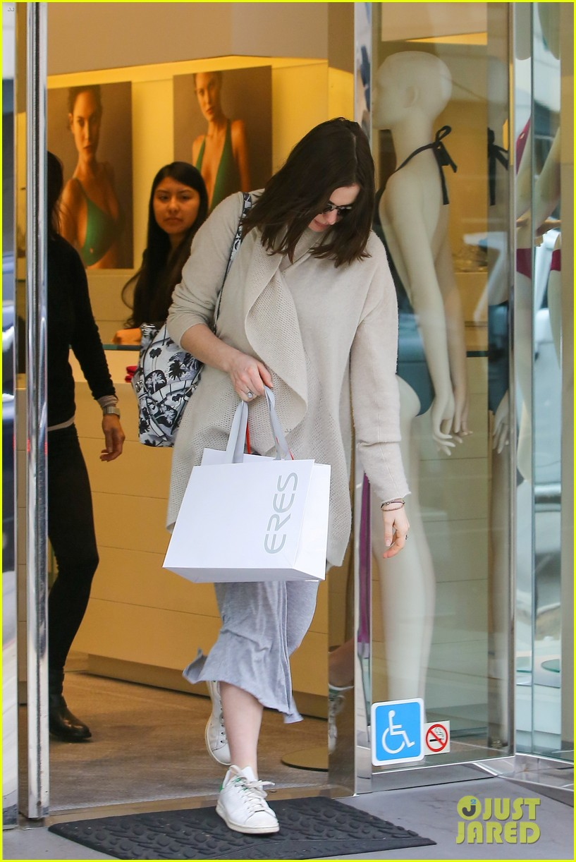 pregnant anne hathaway steps out for some holiday shopping 073536565