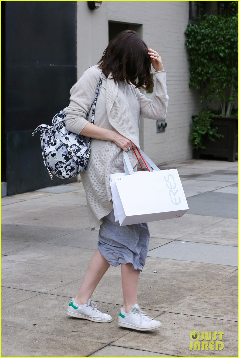 pregnant anne hathaway steps out for some holiday shopping 093536567