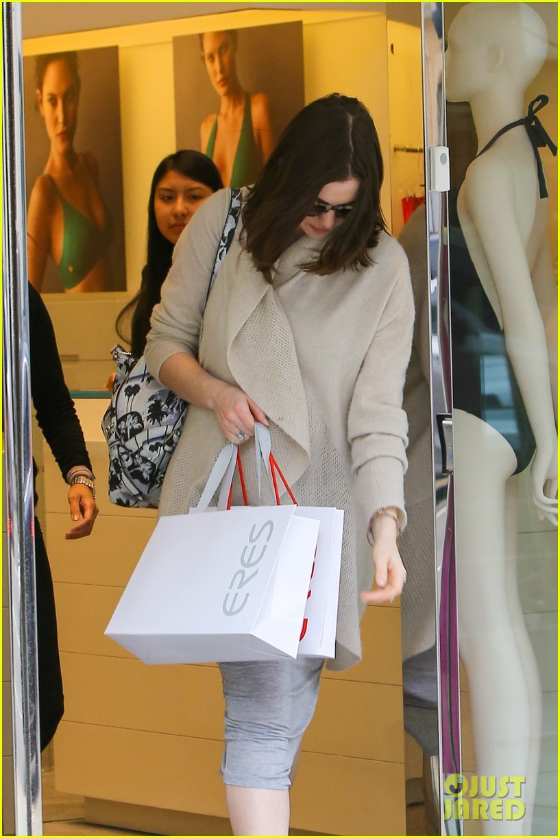 pregnant anne hathaway steps out for some holiday shopping 113536569