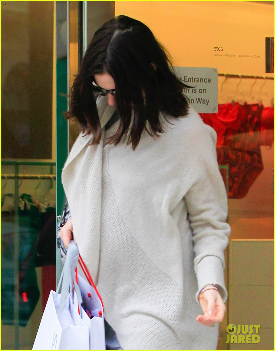 pregnant anne hathaway steps out for some holiday shopping 163536574