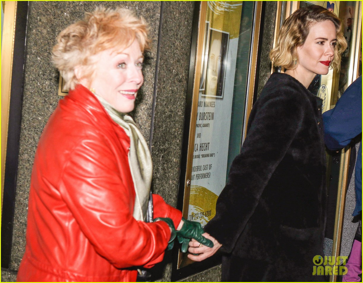 Sarah Paulson Amp Girlfriend Holland Taylor Hold Hands At
