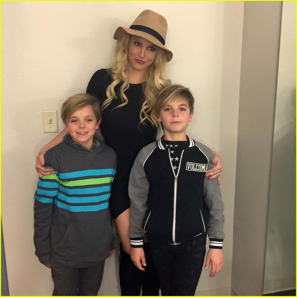 britney spears posts happy post christmas pics with her boys 033538921