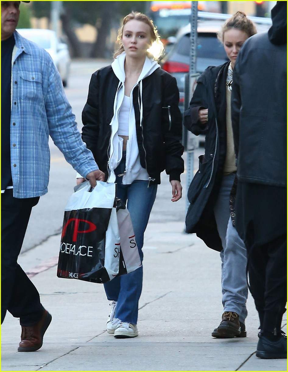 lily rose depp shops with mom 013556561