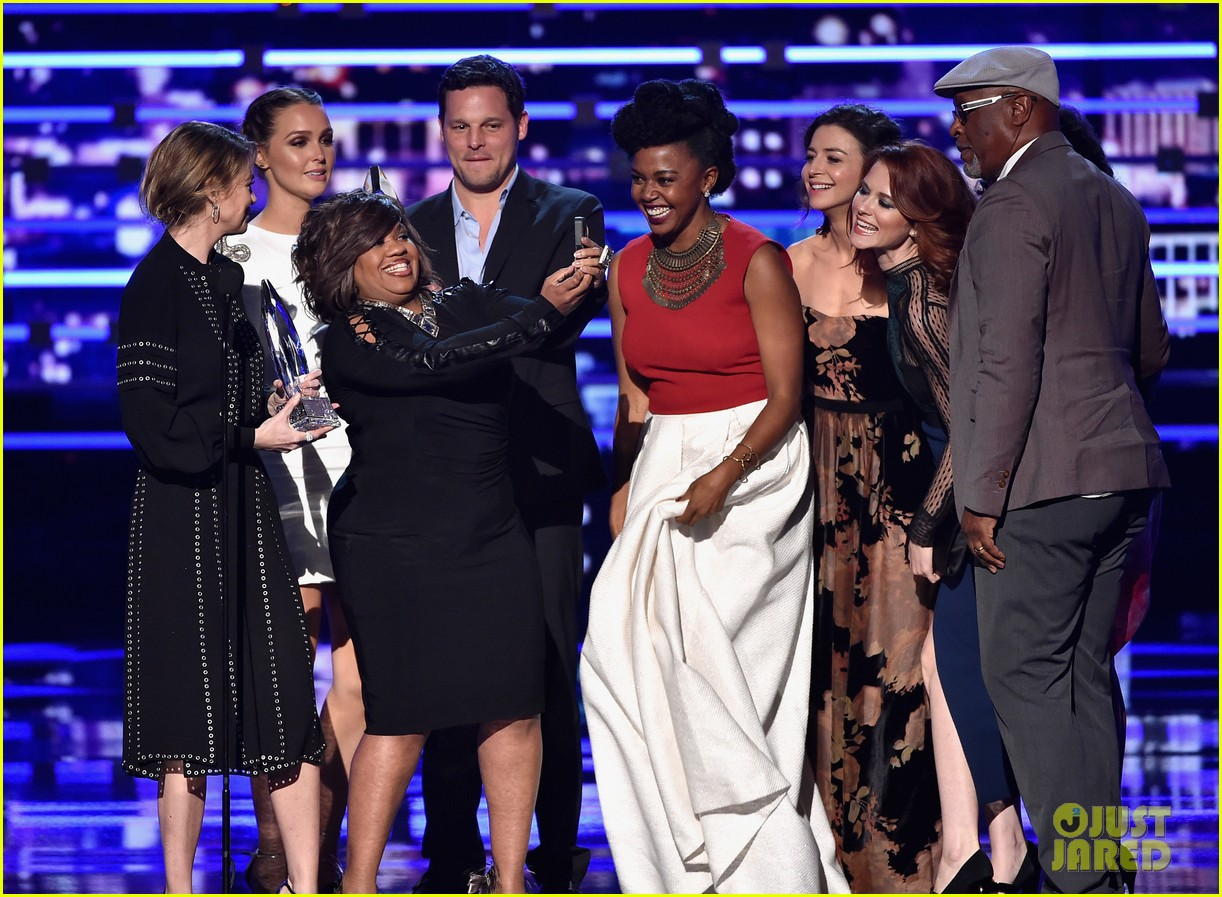 Ellen Pompeo & \'Grey\'s Anatomy\' Cast Win Favorite Network TV Drama ...