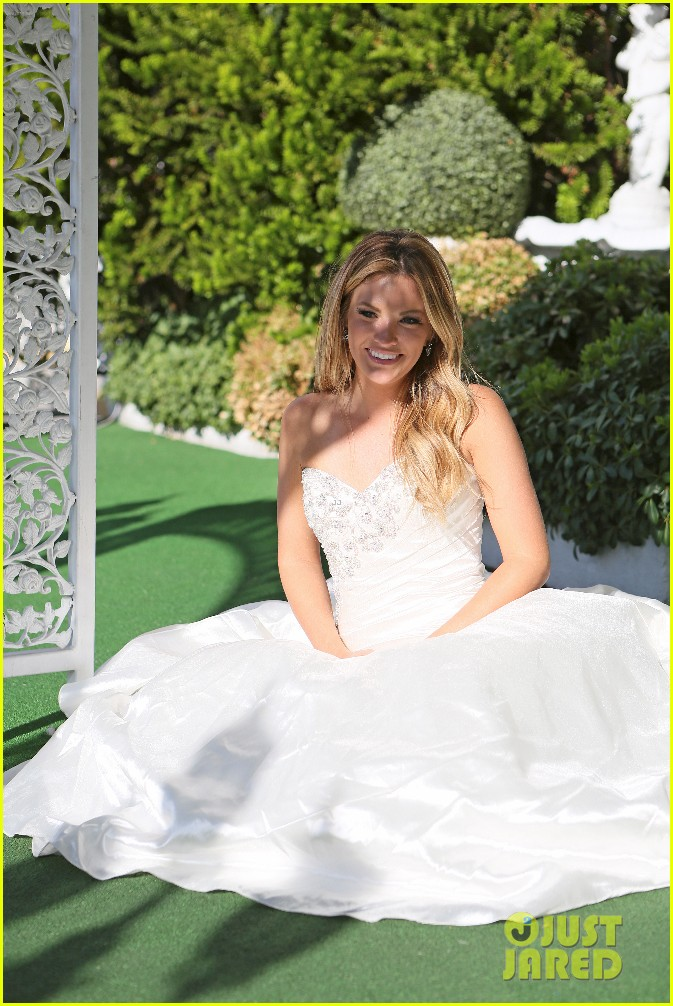 the bachelors becca tries on wedding dress with ben higgins 013559914