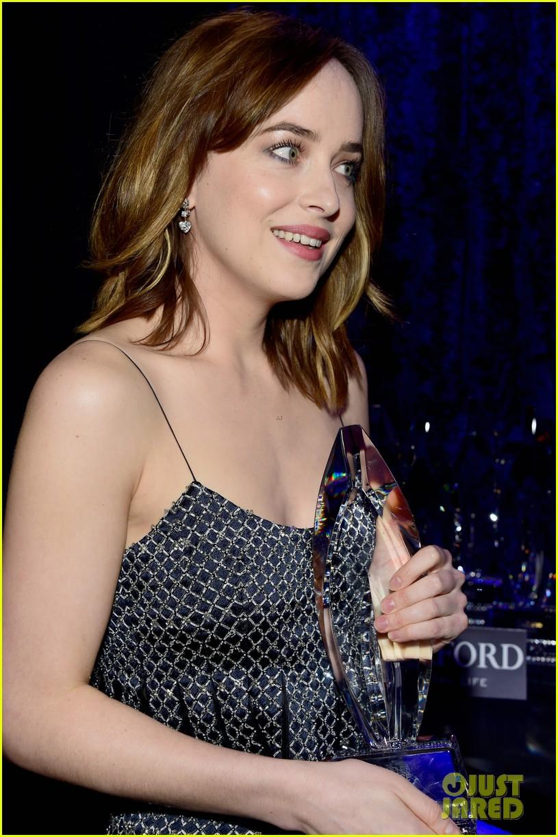 Dakota Johnson Jokes About Her Boobs During Peoples Choice Awards