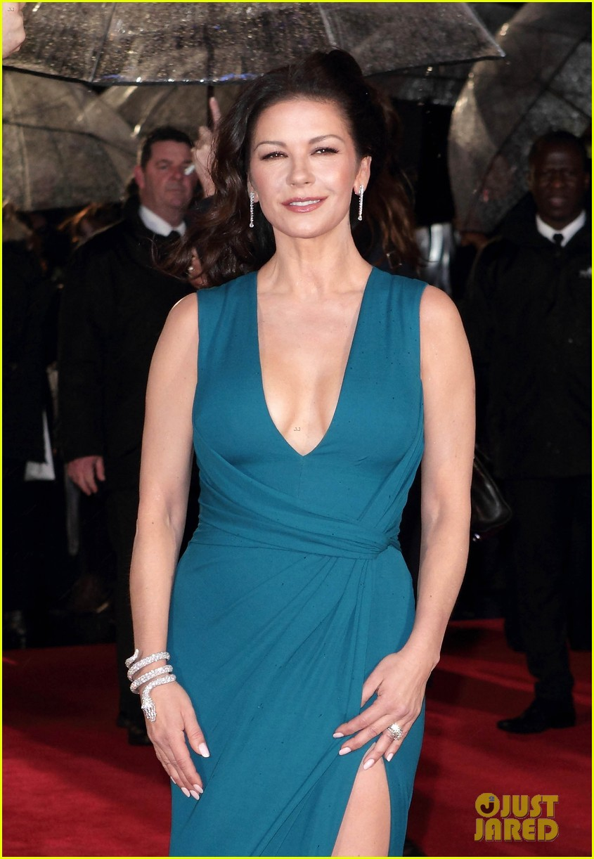 catherine zeta jones stuns at dads army world premiere 013561367